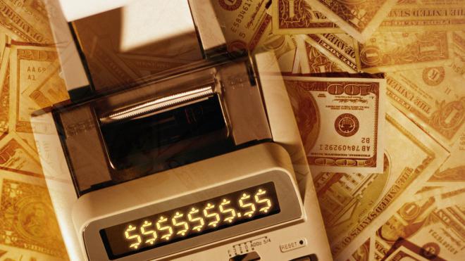Как сэкономить? Взять бухгалтера в штат сотрудников или отдать бухгалтерию на аутсорсинг.